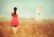girl_door_field