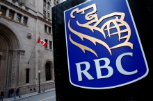 A Royal Bank of Canada (RBC) logo is seen at a branch in Toronto November 9, 2007.   REUTERS/Mark Blinch (CANADA) - RTX5WS